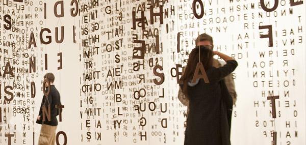 tre persone su sfondo bianco con caratteri