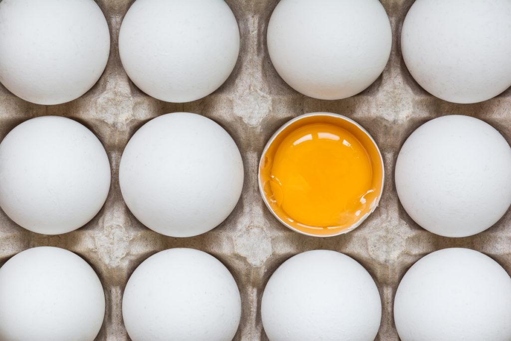 allegoria dell'attenzione bottom-up: 6 uova intere di fila e una rotta col tuorlo al centro