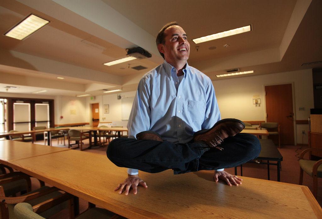 Foto di Frogg in posizioneyoga su un tavolo di un'aula dell'università di Stanford