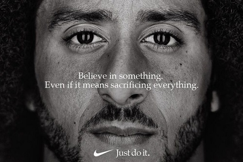 """primissimo piano di Colin Kaepernick con scritta sopra """"Credi in qualcosa, anche se significa sacrificare tutto il resto"""" e sotto """"Just do it (semplicemente fallo)"""""""