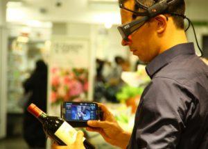 consumatore mentre fa shopping in un supermercato indossando un dispositivo di tracciamento oculare