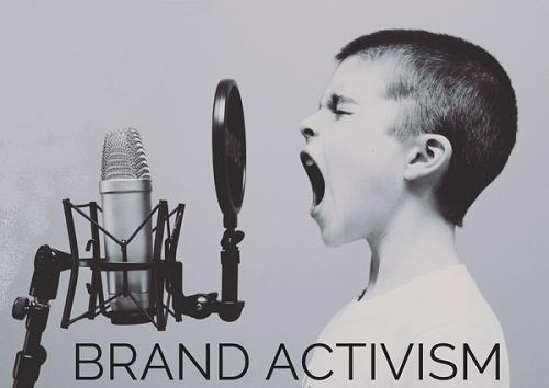 allegoria del brand activism: bambino che parla al microfono