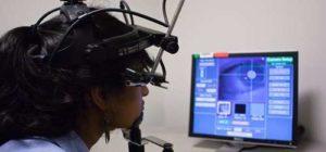 Neuromarketing: ragazza guarda pubblicità a video con indosso strumento di tracciamento oculare