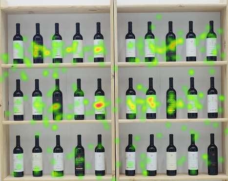 mappa di calore ottenuta con eye tracker di uno scaffale di bottiglie di vino