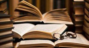 allegoria lunghezza articolo: libri aperti su un tavolo