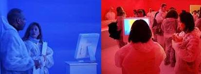 a sinistra: due persone vestite di bianco dentro una stanza blu; a destra, gruppo di studenti vestiti di bianco in una stanza rossa